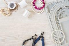 Local de trabalho do desenhista da joia Feito a mão, conceito do ofício Materiais para fazer a joia Perlando ajustes dos bracelet fotos de stock