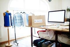 Local de trabalho do desenhista de roupa fotos de stock