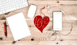 Local de trabalho do escritório com estacionário e materiais de escritório valentines Fotos de Stock Royalty Free