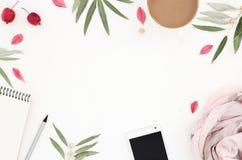 Local de trabalho do estilo de vida, teste padrão floral com coisas do ` das senhoras, f redondo Fotografia de Stock Royalty Free