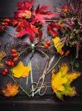 Local de trabalho do florista com folhas do outono e tesouras do vintage Imagem de Stock