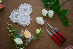 Local de trabalho do florista Ferramentas e acessórios fotografia de stock