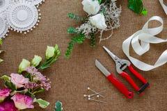 Local de trabalho do florista Ferramentas e acessórios imagens de stock royalty free