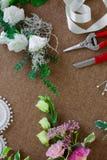 Local de trabalho do florista Ferramentas e acessórios imagens de stock