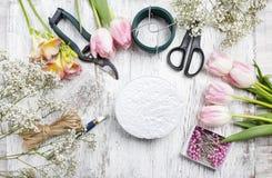 Local de trabalho do florista: mulher que faz arranjos florais Imagem de Stock