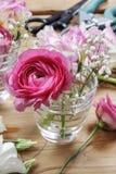 Local de trabalho do florista: ramalhetes minúsculos incompletos Imagens de Stock Royalty Free