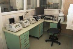 Local de trabalho do laboratório da microbiologia Fotos de Stock