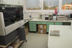 Local de trabalho do laboratório da microbiologia com vista agradável Imagem de Stock
