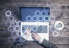 Local de trabalho do negócio com portátil e conceito da conexão dos meios Fotos de Stock Royalty Free