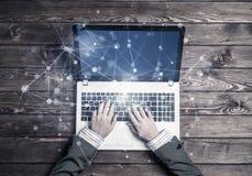 Local de trabalho do negócio com portátil e conceito da conexão dos meios Fotografia de Stock Royalty Free