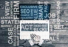 Local de trabalho do negócio com portátil e palavras conceptuais do negócio Imagem de Stock Royalty Free