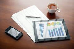 Local de trabalho moderno com iPad e iPhone de Apple Imagem de Stock Royalty Free