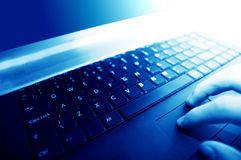 Local de trabalho moderno do negócio. Dactilografia no teclado Foto de Stock Royalty Free