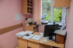 Local de trabalho para o secretário com computador e impressora imagem de stock royalty free