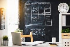 Local de trabalho, sala com tabela e quadro-negro Fotos de Stock Royalty Free
