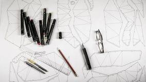 Local de trabalho de um desenhista do brinquedo Os marcadores, a régua, a pena e o lápis estão no desenho foto de stock royalty free