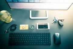 Local de trabalho de um freelancer com computador, teclado, cartão de crédito e compasso foto de stock royalty free