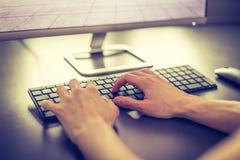 Local de trabalho de um freelancer com computador, teclado e mãos de datilografia imagens de stock royalty free