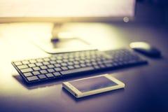 Local de trabalho de um freelancer com computador, teclado e smartphone fotos de stock