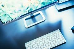 Local de trabalho de um freelancer, de uma tela e de um teclado imagem de stock royalty free