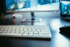 Local de trabalho de um freelancer, de uma tela e de um teclado imagem de stock