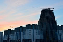 Local do guindaste e da construção civil contra o céu azul com o quadro de avisos branco vazio para a propaganda na parte superio fotos de stock