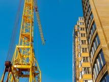 Local do guindaste e da constru??o civil contra o c?u azul Fotografia de Stock Royalty Free