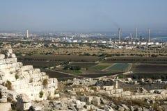 Local e fábricas Archeological no horizonte Foto de Stock