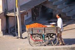 Local man pushing cart with tomatoes in Jaipur, Rajasthan, India Royalty Free Stock Photos