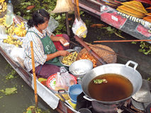 Local peoples sell fruits,food and products at Damnoen Saduak floating market Stock Photo