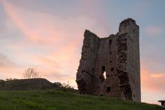 Local popular da atração turística: Ruínas de um castelo medieval da torre XII do século asturias spain fotografia de stock