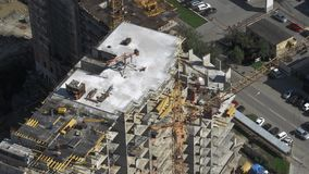 Local residencial inacabado da construção civil na arquitetura da cidade moderna aéreo vídeos de arquivo