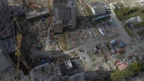 Local residencial inacabado da construção civil na arquitetura da cidade moderna aéreo filme