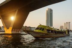 Local transportfartyg på den Chao Phraya floden Arkivbilder
