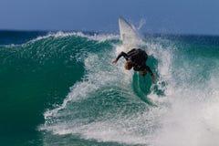 Local vertical de la acción de la onda que practica surf   Fotos de archivo libres de regalías