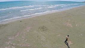 Locali che si rilassano e che si divertono camminata sul litorale prima dell'apertura della stagione della spiaggia stock footage