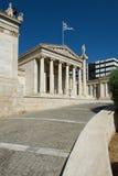 Locali della biblioteca nazionali con la carreggiata, le statue e una bandiera, Athe Immagine Stock Libera da Diritti