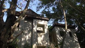 Località di soggiorno abbandonata dell'hotel invasa dalle piante nella foresta della giungla, Asia Natura contro la città archivi video