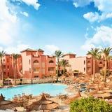 Località di soggiorno africana con la piscina di lusso. L'Egitto Immagini Stock
