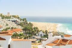 Località di soggiorno bianche di nad delle case dalle ampie spiagge sabbiose in Morro Jable su Fuerteventura, Spagna fotografie stock libere da diritti