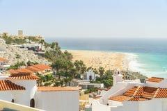 Località di soggiorno bianche di nad delle case dalle ampie spiagge sabbiose in Morro Jable su Fuerteventura, Spagna fotografie stock