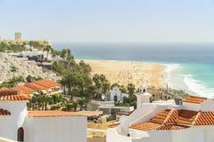 Località di soggiorno bianche di nad delle case dalle ampie spiagge sabbiose in Morro Jable su Fuerteventura, Spagna fotografia stock libera da diritti