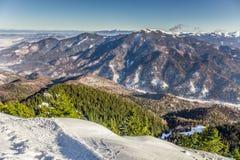Località di soggiorno di corsa con gli sci a Postavarul, Brasov, la Transilvania, Romania immagini stock libere da diritti