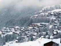 Località di soggiorno degli sport invernali nella foschia Fotografia Stock