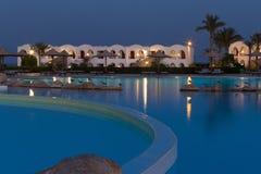 Località di soggiorno dell'hotel con la piscina alla notte fotografia stock