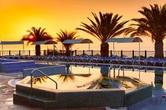 Località di soggiorno dell'hotel della spiaggia con lo stagno immagini stock libere da diritti