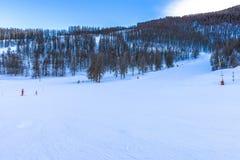 Località di soggiorno di corsa con gli sci in Auron, alpi francesi Fotografia Stock
