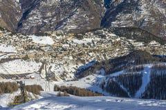 Località di soggiorno di corsa con gli sci in Auron, alpi francesi Fotografie Stock