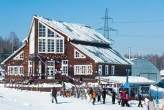 Località di soggiorno di corsa con gli sci della montagna del nero nel lago Baikal Fotografie Stock Libere da Diritti