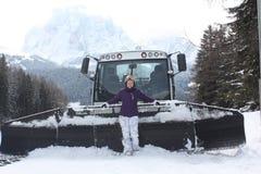 Località di soggiorno di corsa con gli sci delle dolomia Gatto delle nevi Attrezzatura del dispositivo di rimozione della neve Fotografie Stock Libere da Diritti